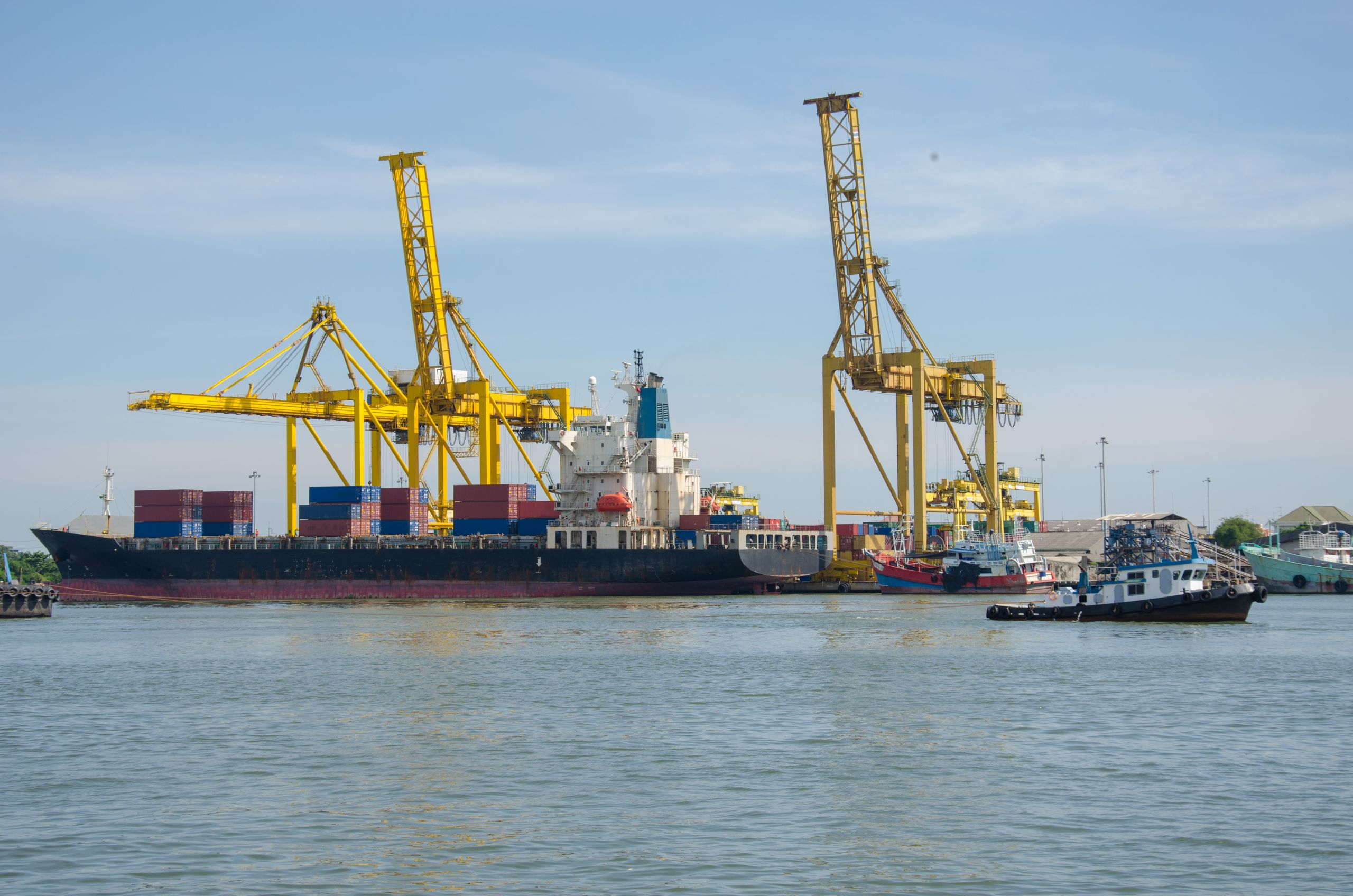 Sea port with containers